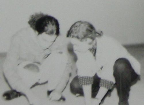 Carolina Ponce de León y Germán Martínez trazan una línea en el suelo de Gaula.