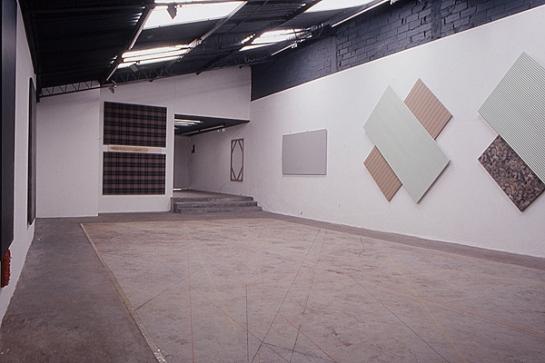 Exposición de Fernando Uhía (en el suelo, líneas trazadas en una acción colectiva a la que se convocó artistas y personas del medio artístico) Fotografía de Clemencia Poveda.
