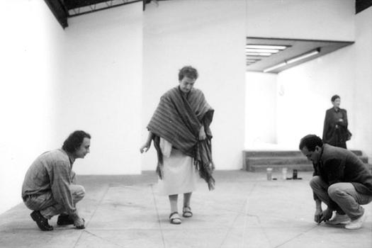 María Teresa Hincapié trazando su línea en el piso de Gaula. Fotografía, cortesía de Carlos Salas.